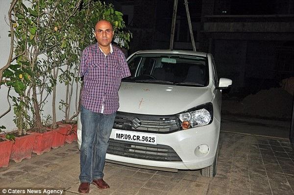 Ông Vikram bên chiếc xe số tự động của mình