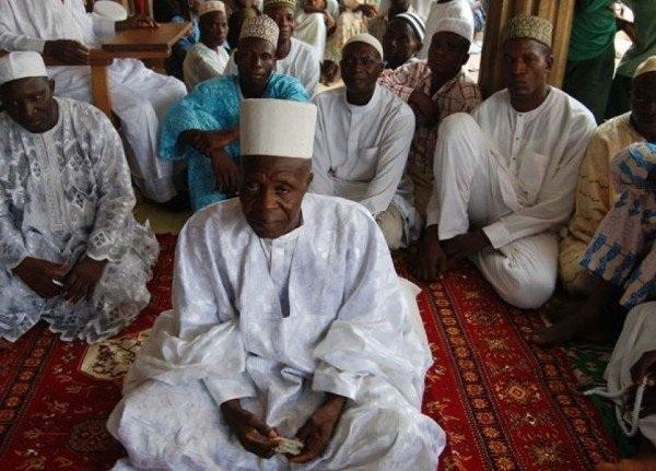 Ông Abubakar cùng một vài người con trong tổng số 185 người con của ông