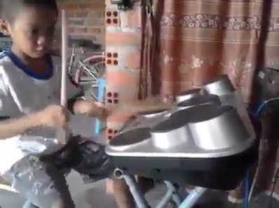 Cậu bé Huỳnh Đại Phong đang thể hiện khả năng chơi trống tài tình của mình.