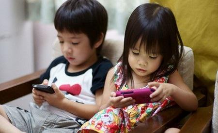 Nhiều nhà khoa học đã từng cảnh báo mối nguy hại khi để trẻ em tiếp cận với các thiết bị di động từ quá sớm (Ảnh minh họa)