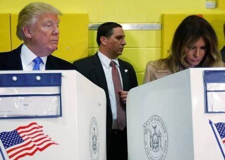 """Một khoảnh khắc khá thú vị trong ngày bầu cử khi ông Donald Trump đã """"xem trộm"""" vợ mình để xác định xem bà sẽ bỏ phiếu cho ai"""
