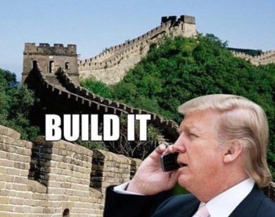 Trong quá trình vận động tranh cử của mình, Donald Trump tuyên bố sẽ xây một bức tường ngăn cách với biên giới Mexico để ngăn chặn người nhập cư vượt biên vào Mỹ từ Mexico. Giờ đây, có lẽ ông đã nghĩ đến phương án xây một Vạn lý trường thành tại biên giới với Mexico