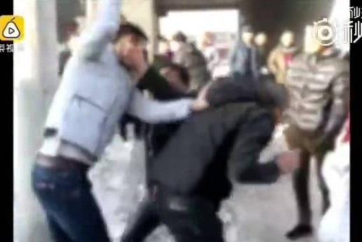"""Thanh niên đánh đập cha mẹ mình đã bị những người qua đường """"dạy cho một bài học"""""""