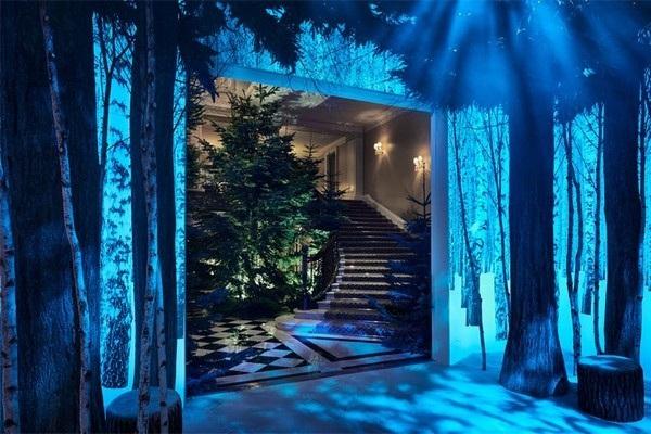 Tuy nhiên cây thông này rất hợp với khung cảnh xung quanh, với những đèn chiếu hình ảnh lên tường và những cây khác tạo nên khung cảnh một khu rừng