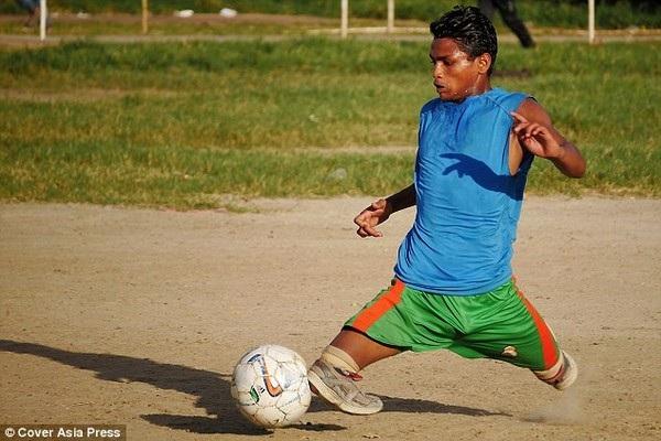 Abdullah khiến nhiều người thán phục không chỉ vì kỹ năng chơi bóng mà còn vì nghị lực của anh