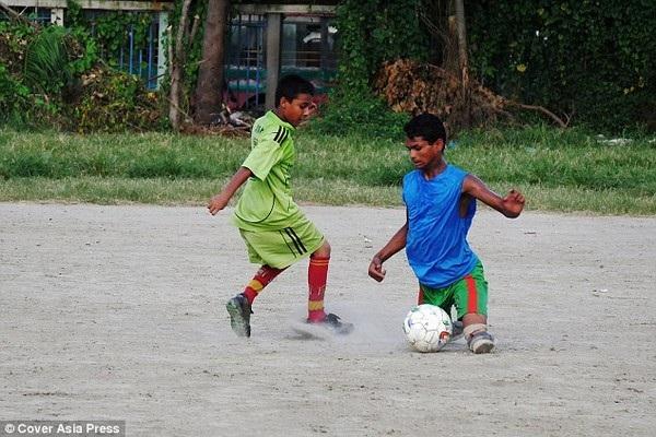 Không chân nhưng Abdullah đá bóng không thua kém gì những cầu thủ bình thường khác