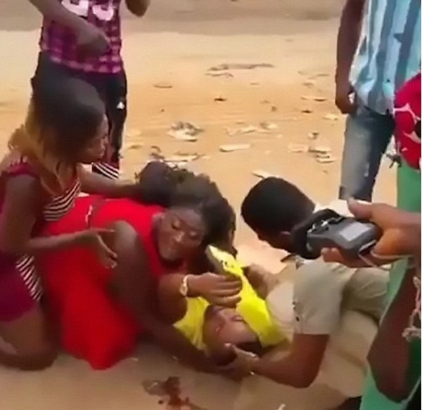 Người bạn gái khóc lóc thảm thiết bên bạn trai của mình vì tưởng anh đã chết do tai nạn giao thông