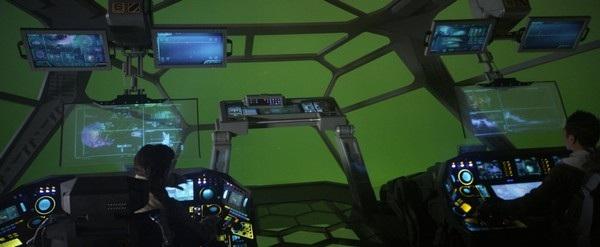"""Các diễn viên đang tưởng tượng lái chiếc tàu không gian trước một tấm màn xanh trong bộ phim """"Bí ẩn hành tinh chết"""""""