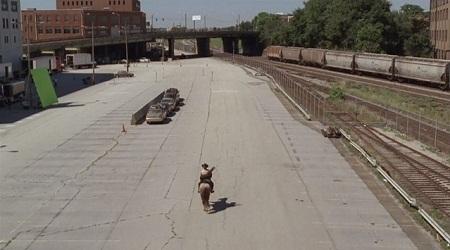"""Những chiếc xe trong làn đường phía đối diện đã được """"hóa phép"""" nhờ kỹ xảo điện ảnh trong bộ phim """"Walking dead"""""""