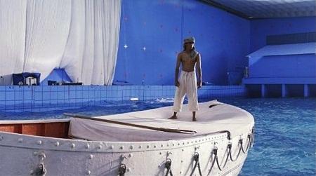 """Một hình ảnh khác trên trường quay của bộ phim """"Cuộc đời của Pi"""", cho thấy cảnh phim ngoài đại dương thực chất được quay hoàn toàn trong phim trường"""