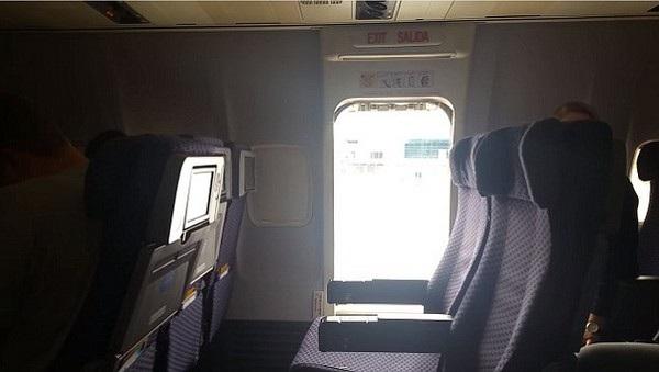 Cửa thoát hiểm trên máy bay được nữ hành khách mở ra và nhảy xuống phía dưới