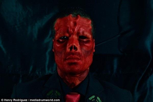 Nhân vật Red Skull (trên) và Rodriguez sau khi đã phẫu thuật thẩm mỹ và xăm toàn bộ gương mặt