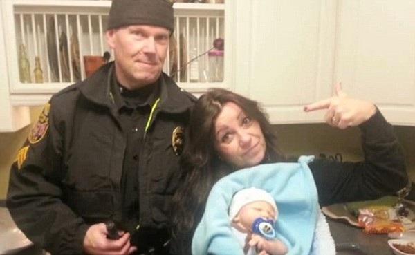 Cảnh sát chụp ảnh cùng Kathy Cadle là một trong những con búp bê của cô