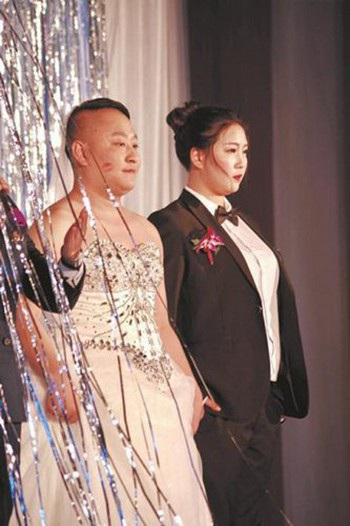Cô dâu và chú rể tráo đổi trang phục cho nhau khiến nhiều người bất ngờ