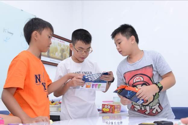 Học sinh sử dụng tiếng Anh để trao đổi, giải quyết tình huống được đặt ra trong các hoạt động thí nghiệm