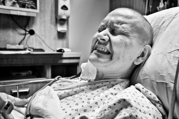 Người bệnh ung thư giai đoạn cuối thường trải qua những cơn đau, có thể là cấp tính hoặc mãn tính dễ dẫn tới thay đổi trong tâm lý người bệnh, ảnh hưởng lớn tới chất lượng cuộc sống.