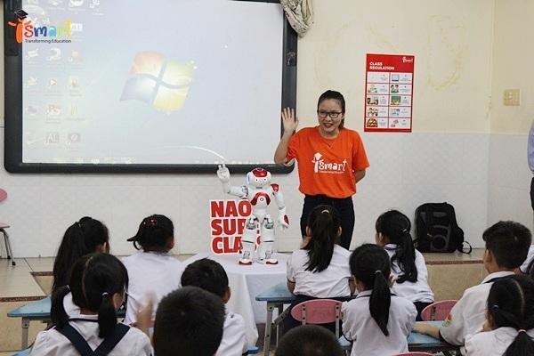"""""""Trợ giảng"""" robot NAO trong một tiết học tiếng Anh qua Toán và Khoa học tại Trường tiểu học Hồ Văn Cường, Q.Tân Phú, TP.HCM."""