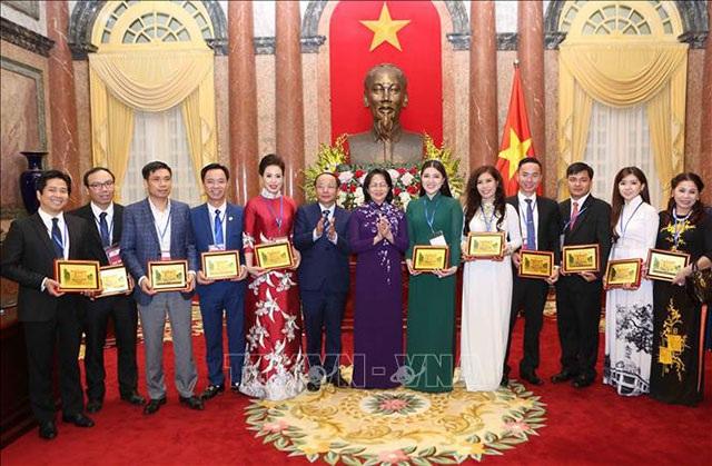 Bà Đặng Thị Ngọc Thịnh đại diện Văn phòng Chủ tịch nước trao tặng kỷ niệm chương cho 10 doanh nhân có đóng góp tích cực cho sự phát triển kinh tế