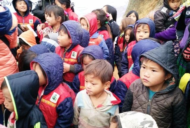 Các em học sinh người Mông ngơ ngác khi có đoàn thiện nguyện đến trao quà