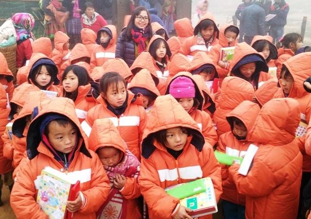 Hơn 100 chiếc áo ấm, sách vở, bút, quà tết đã được trao cho các em học sinh bản Sài Khao