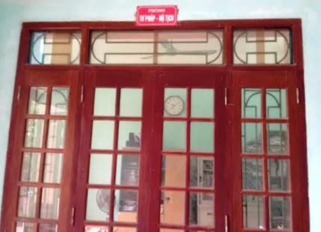 Phòng nào phòng nấy trong trụ sở UBND phường Đông Sơn, thị xã Bỉm Sơn đều cửa đóng then cài.