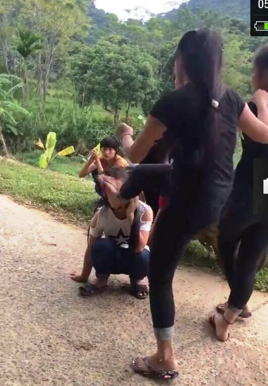 Nữ sinh bị bạn dùng chân đá vào mặt