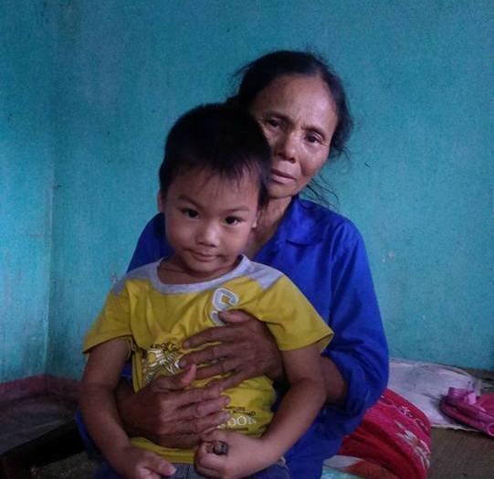 Người bà gần đất xa trời chỉ lo cháu bà vì cái nghèo mà không thể chữa trị bệnh và không được theo cái chữ