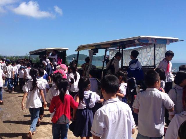 Xe điện chở học sinh đi học.