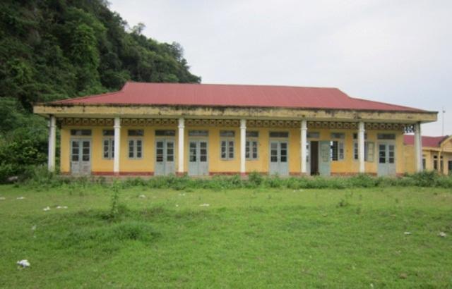 Trong khi hàng trăm học sinh ở các bản làng xa xôi khát khao có ngôi trường khang trang để học thì tại một số nơi như huyện Như Xuân có hàng loạt ngôi trường xây theo dự án 135, chương trình 159 lại bỏ hoang