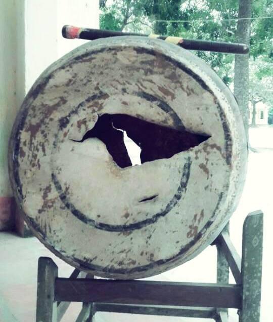 Chiếc trống trường rách nát chỉ được thay khi phụ huynh quyết định đứng ra mua