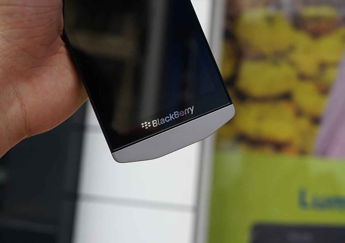 Phía dưới là logo của Blackberry