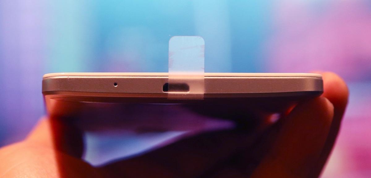 Vì thiết kế nguyên khối nên Pin không thể tháo rời, thỏi pin của máy khá lớn, dung lượng 4.100 mAh
