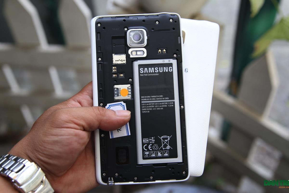 Nắp lưng có thể tháo rời để thay pin, SIM và thẻ nhớ