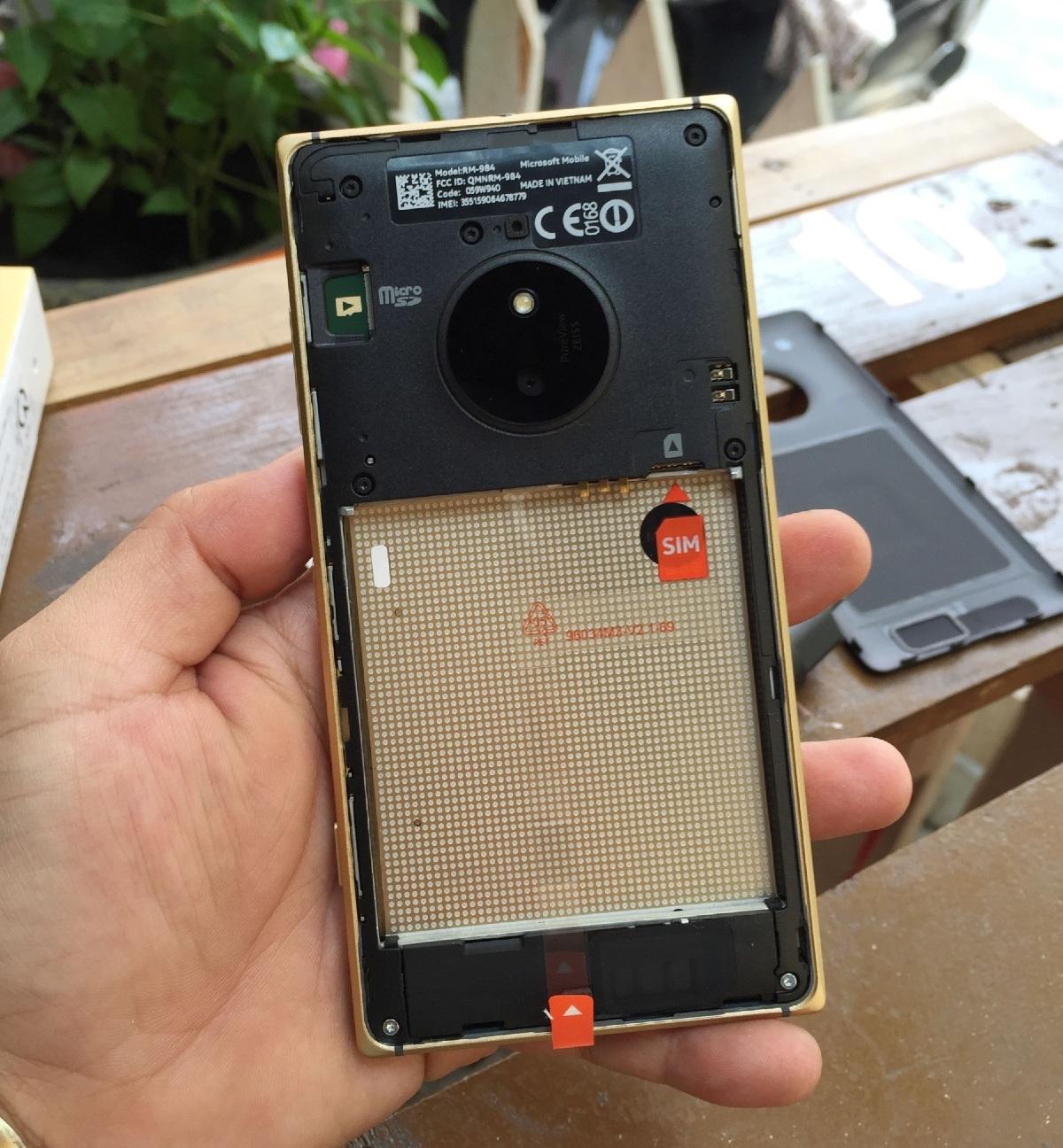 Nắp lưng có thể tháo rời, nơi đặt Pin, SIM và thẻ nhớ rời
