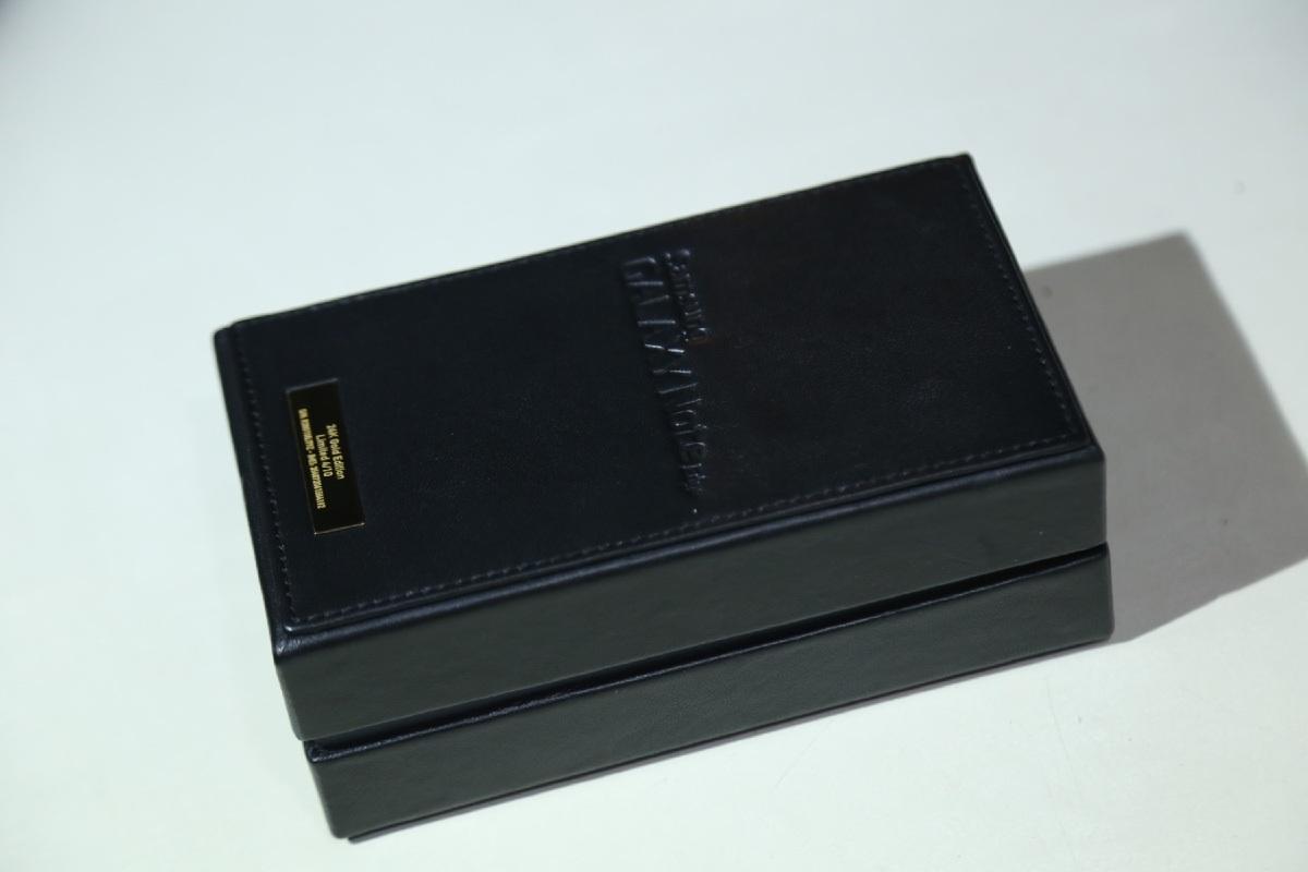 Hộp đựng dành cho Galaxy Note Edge mạ vàng được làm khác biệt so với phiên bản thường