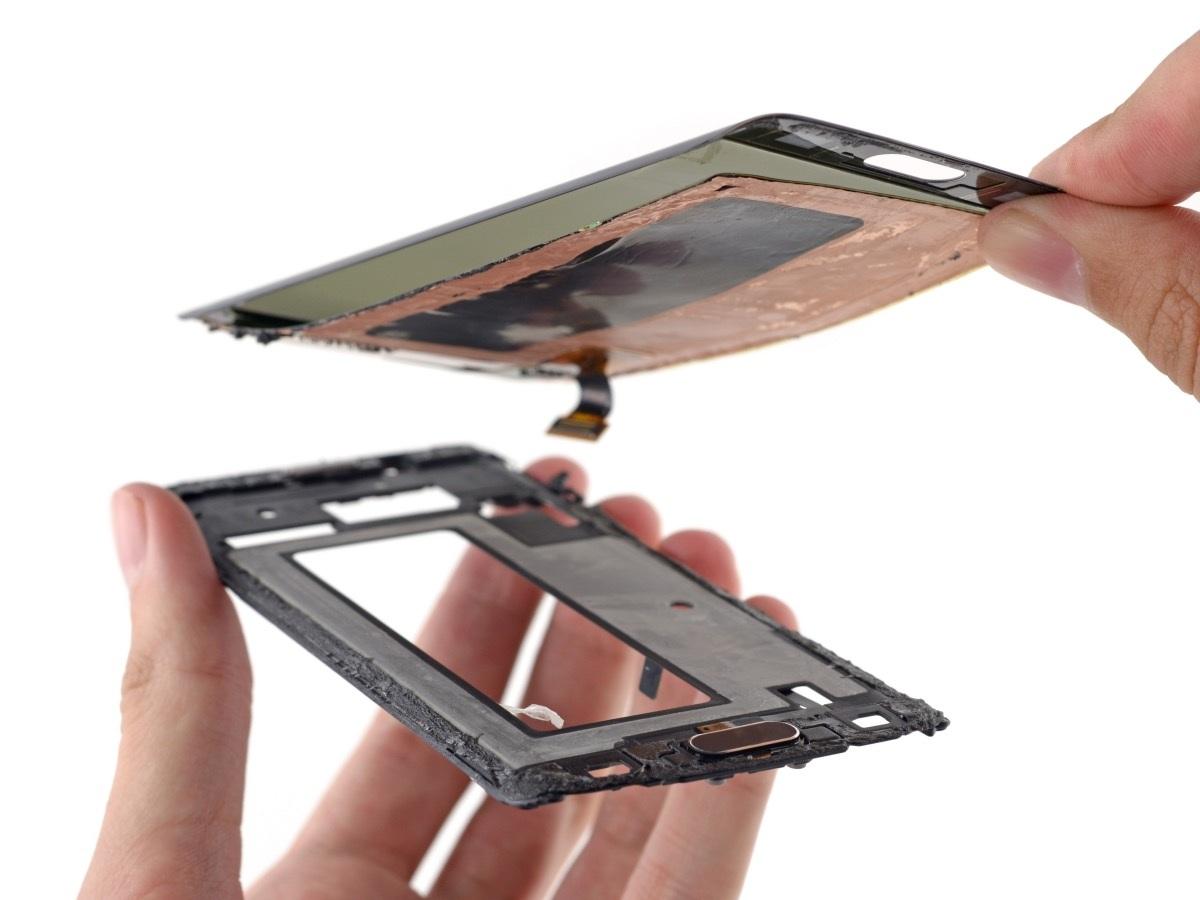 Nó khá mỏng, tuy nhiên việc tháo dở lớp màn hình khó có thể phục hồi lại nguyên vẹn như ban đầu