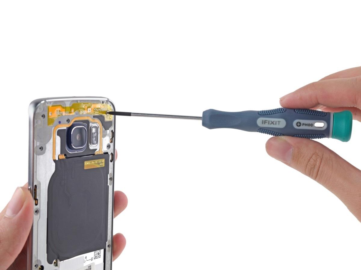 Dùng tua vít để tháo các ốc vít cố định bo mạch và màn hình