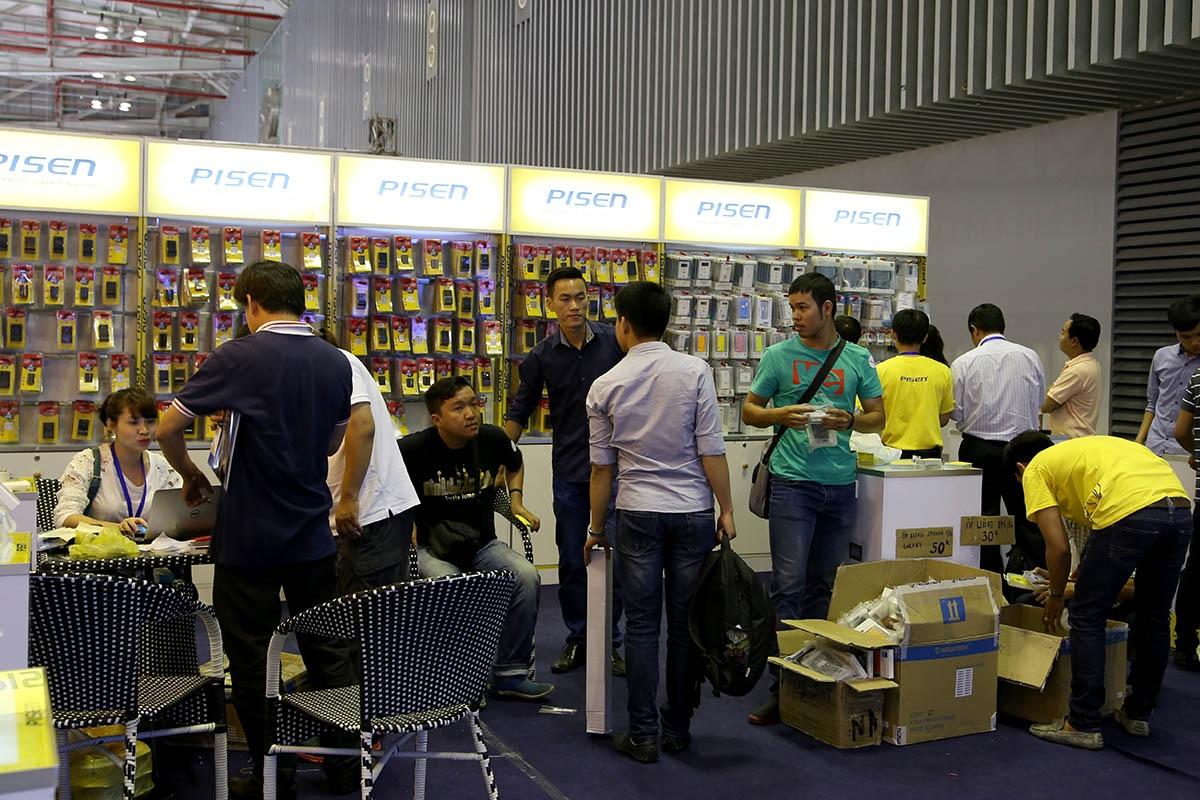 Các gian hàng phụ kiện có lượng khách tăng đáng kể để mua sắm