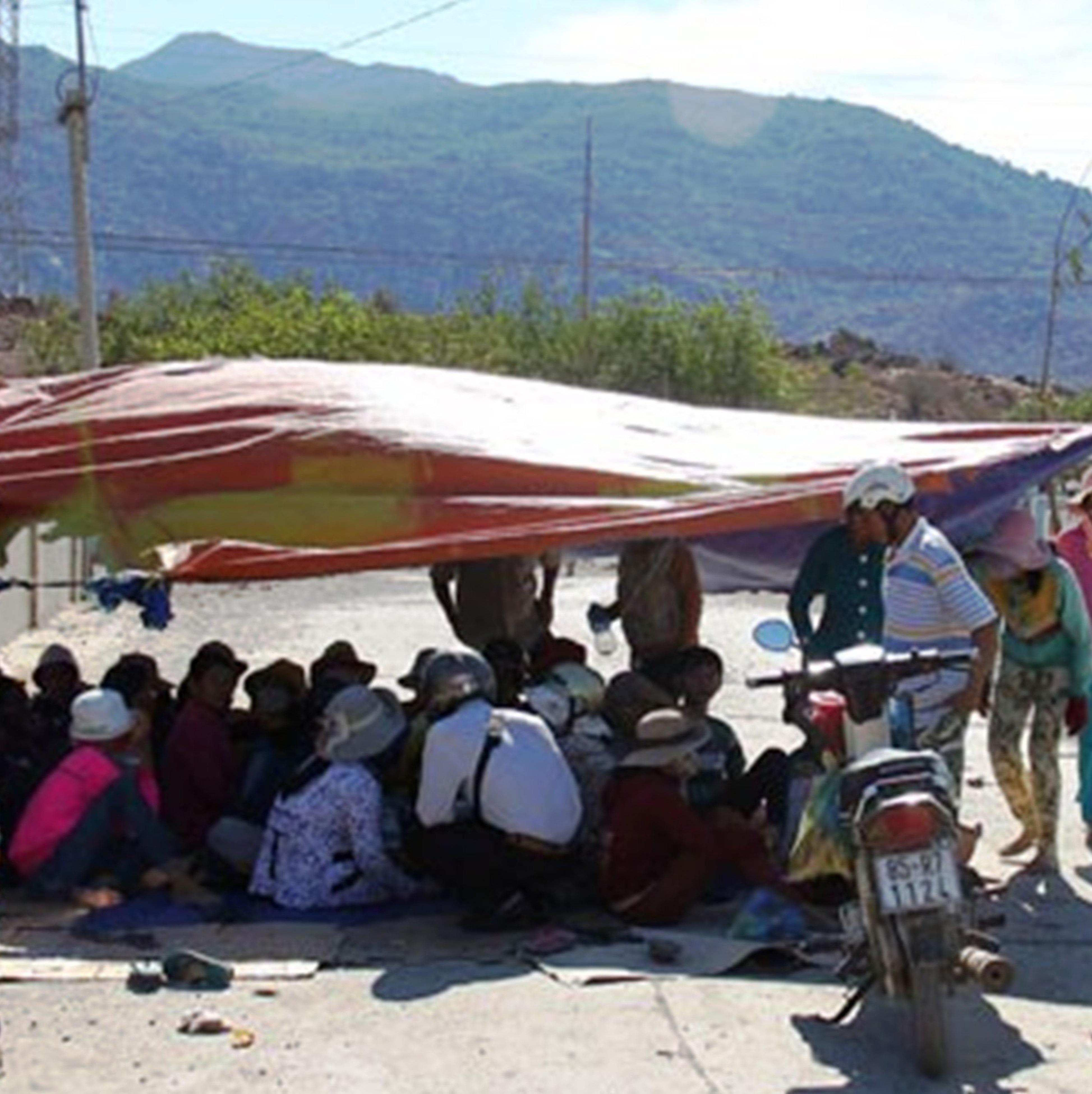 Người dân dựng lán trại trước khu mỏ đá để phản đối việc gây ô nhiểm