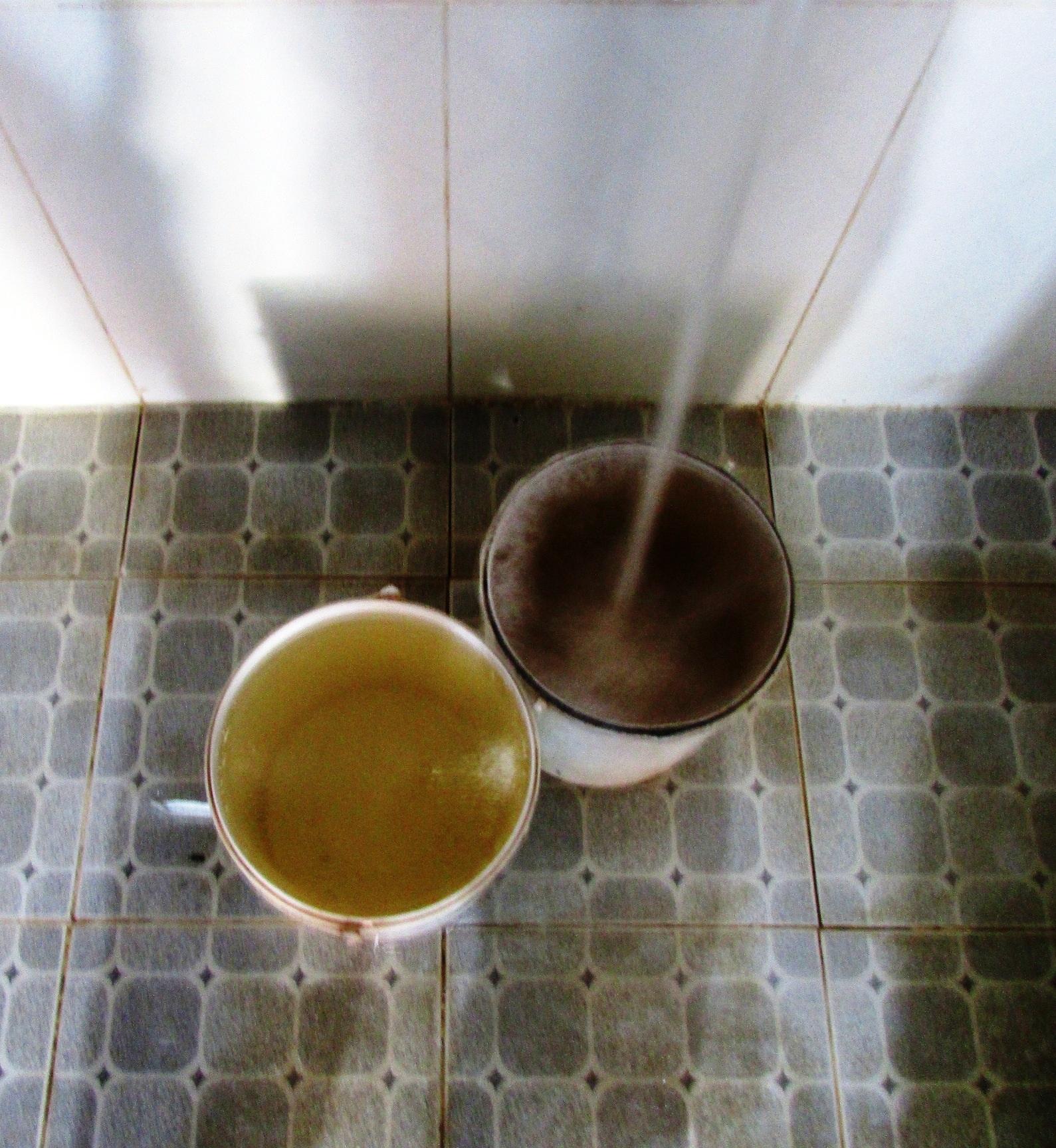 Hàng ngày người dân phải dùng nguồn nước ngầm bị nhiễm mặn nặng nề cho việc tắm giặt