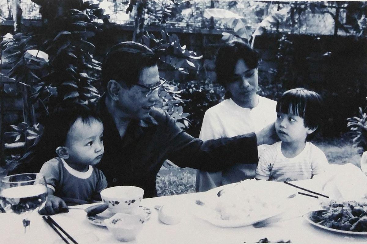 Đồng chíNguyễn Văn Linh cùng con gái và các cháu.