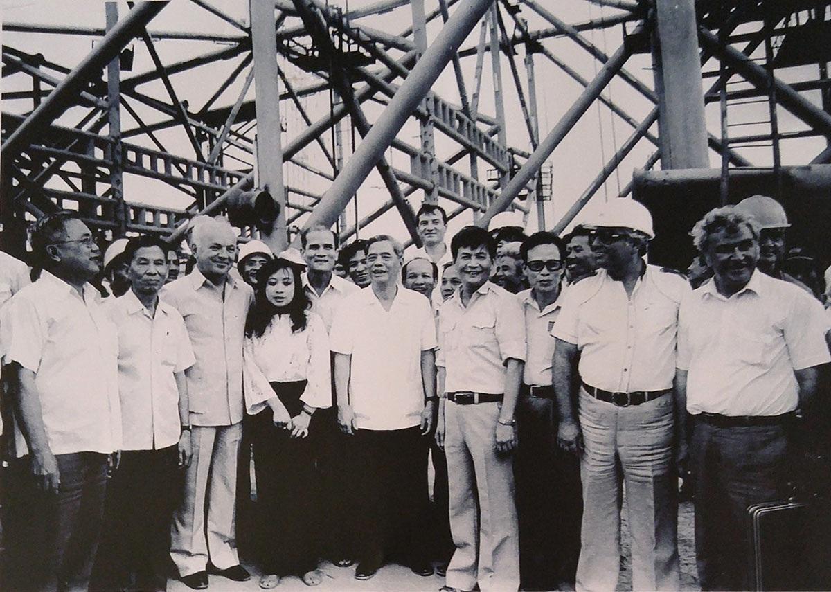 Đồng chí Nguyễn Văn Linh làm việc tại Căn cứ Trung ương Cục miền Nam, ngày mùng 5 Tết Ất Mão (1975)