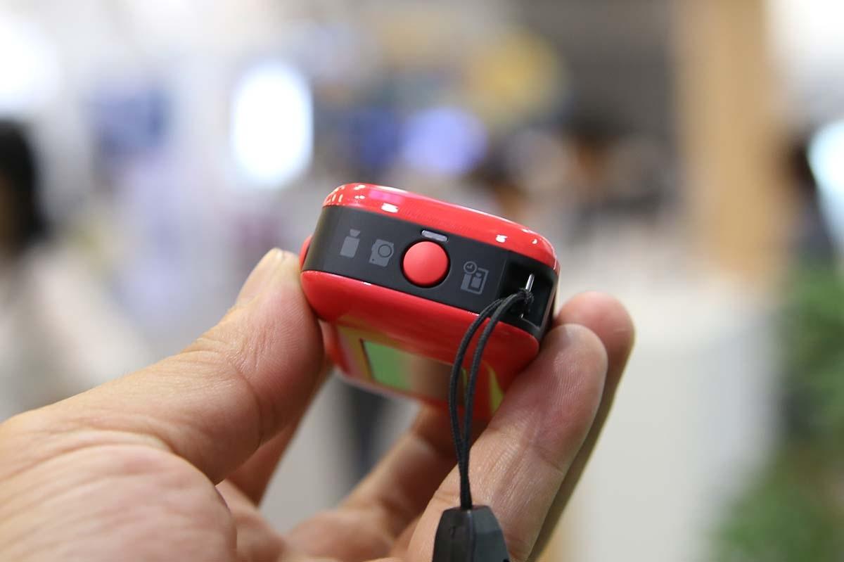 Cạnh phải là nút chuyển đổi chế độ chụp ảnh, quay phim hoặc quay phim hẹn giờ