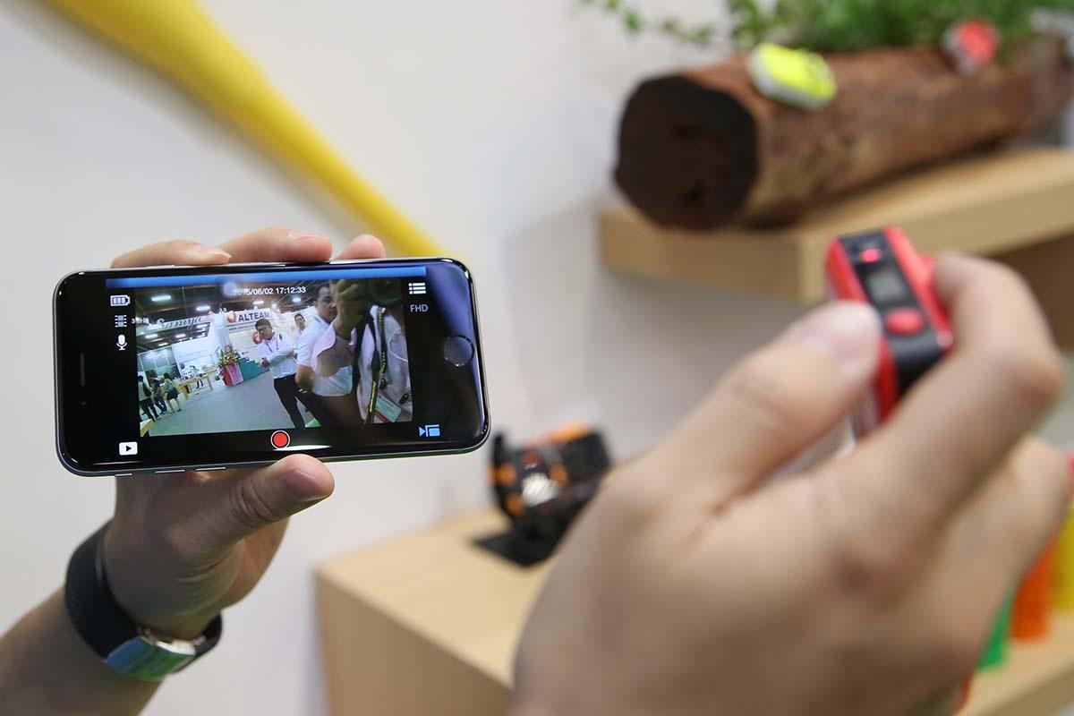 Do đó cần có một smartphone để điều khiển hoặc xem ảnh đã chụp được.