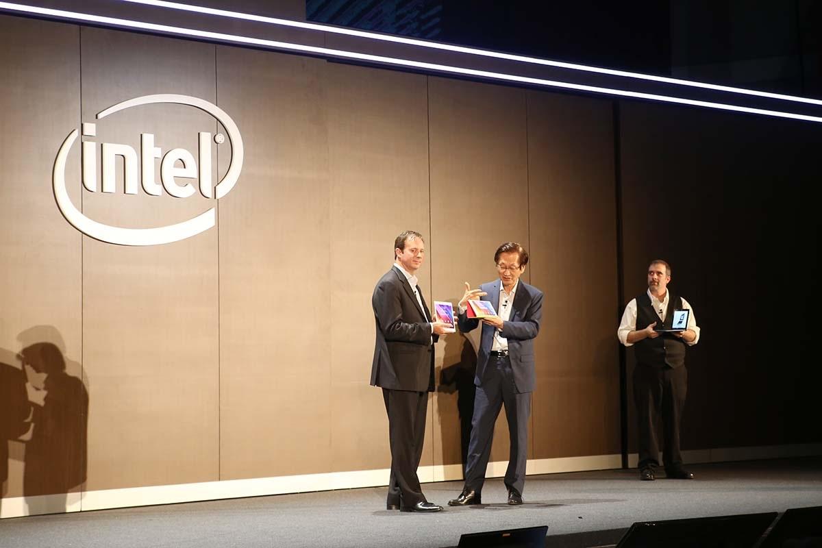 Đại diện Intel và Asus trình diễn các sản phẩm sử dụng vi xử lý di động mới