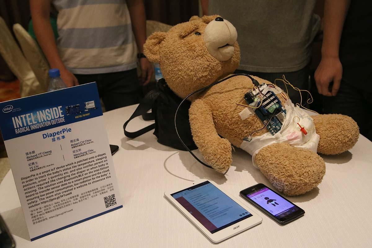 Intel trình diễn sản phẩm thông minh đeo trên người với chip Edison