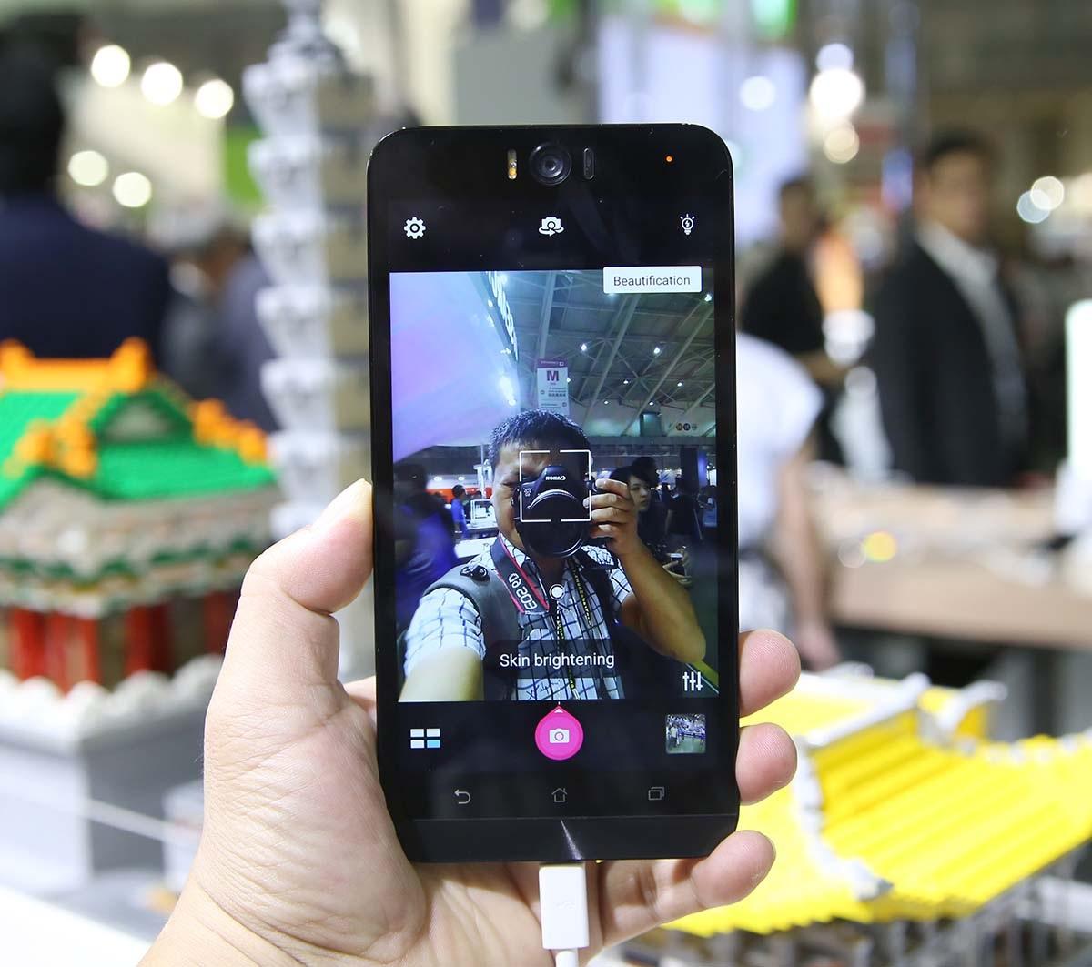Với cái tên Selife, Asus mang đến cho sản phẩm này một camera trước 13 MP với khẩu