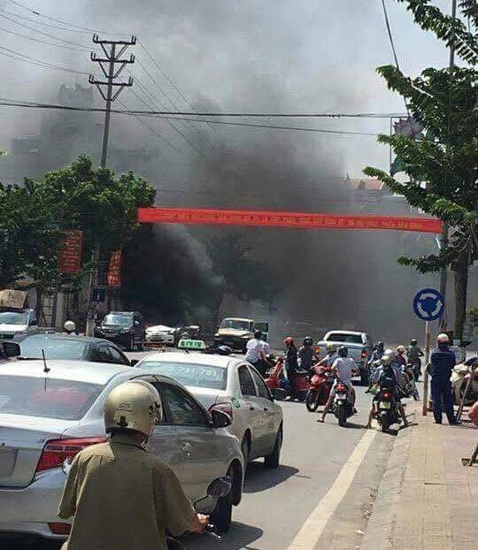 Sau tiếng nổ long trời lở đất, chiếc xe taxi bốc cháy ngùn ngụt (ảnh CTV)