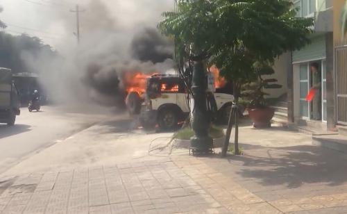 Ngọn lửa nhanh chóng thiêu rụi cả chiếc xe (ảnh cắt từ clip)