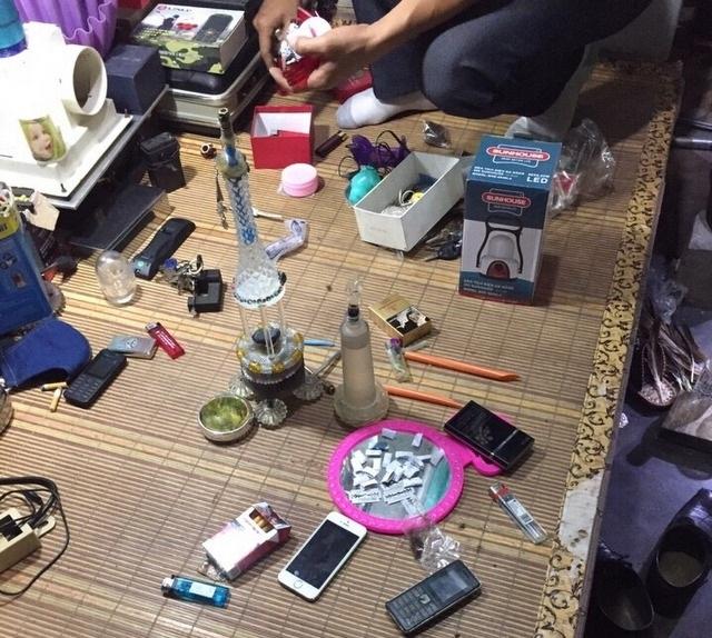 Tang vật cơ quan công an thu được tại cửa hàng sửa chữa điện tử của Hùng (ảnh báo ANHP)